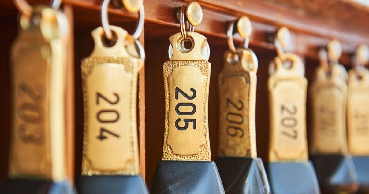 Muchas llaves de habitaciones de hotel con llavero de cuero doradas esperando a ser tomadas en la recepcion por los huespedes que arriban producto de una buena gestion de revenue management