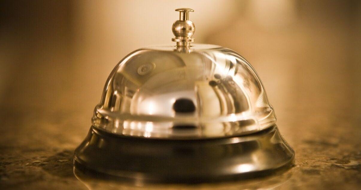 Timbre dorado para llamar la atencion del personal de un hotel cuando ingresan los huespedes que arriban producto de una buena gestion de revenue management