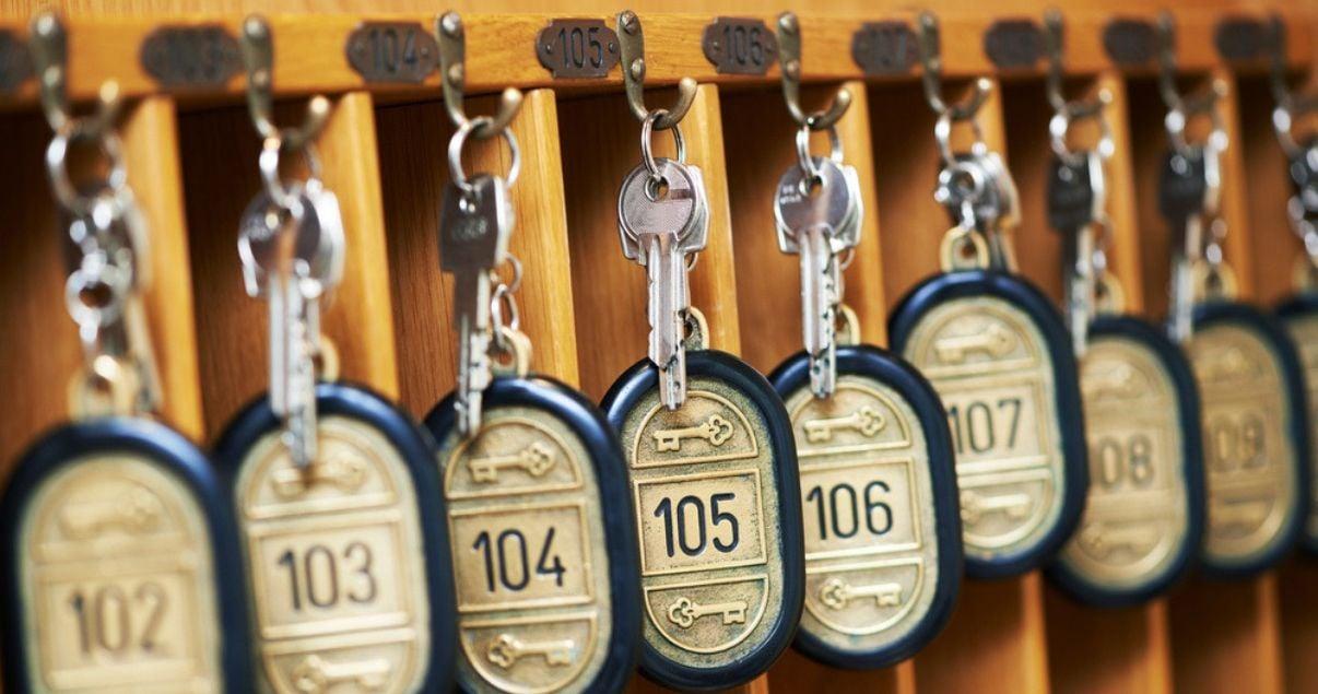 Primer plano de las llaves de acceso de las habitaciones disponibles de un hotel que tiene muy baja tasa de ocupacion debido a una mala gestion de reservas hoteleras online y recibe muchas cancelaciones