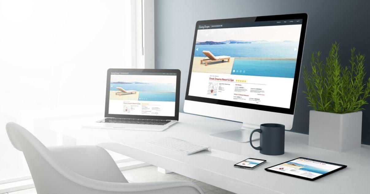 Pantallas de computadora de escritorio, de laptop, de smartphone y de tablet que demuestran que la web para hoteles que se visualiza es responsive
