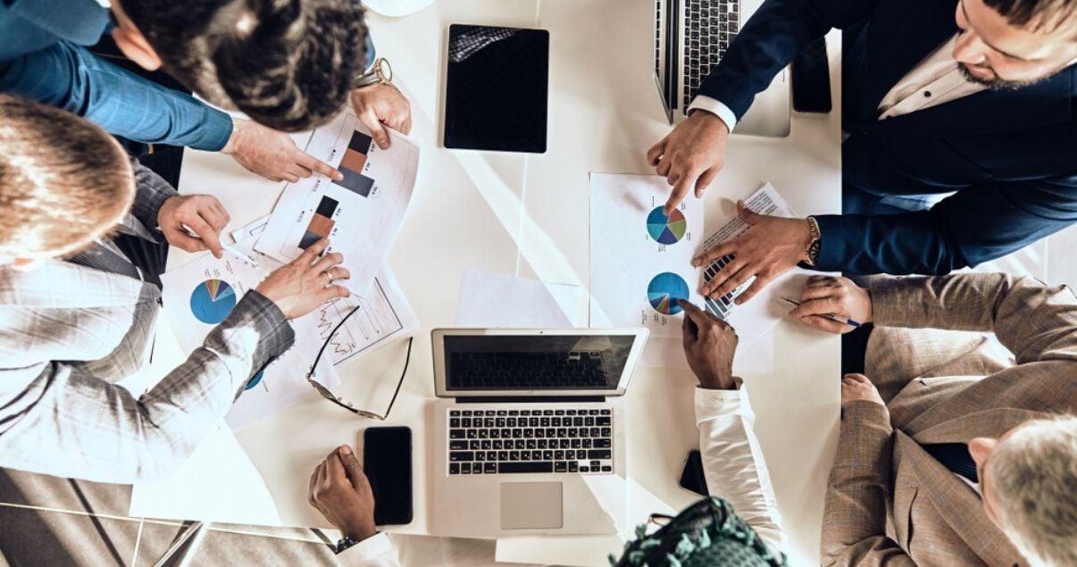Plano cenital de un grupo de trabajo de una cadena de hoteles que esta implementando revenue management para mejorar sus ingresos