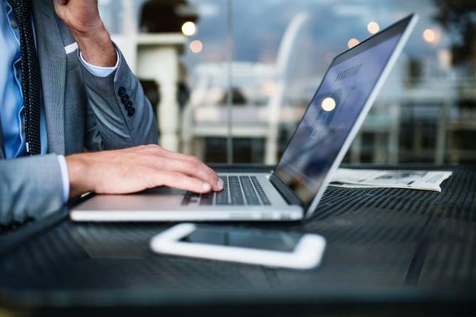 Personal del Hotel haciendo monitoreo de reputacion online