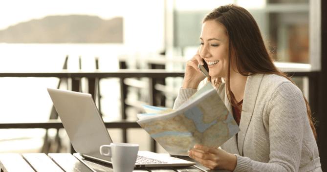 Viajera planeando sus vacaciones online chequeando la reputacion en Internet de los hoteles en los que reservara habitaciones para alojarse